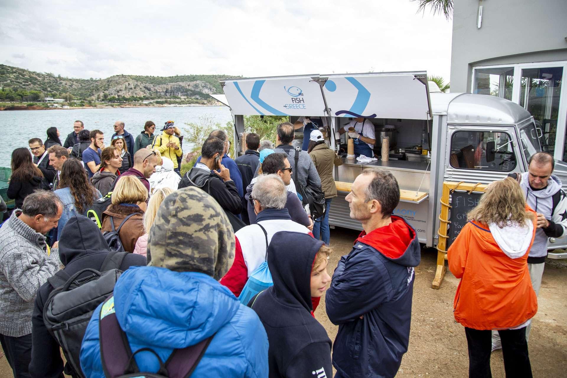 """Το fish truck """"Fish from Greece"""" προσφέρει ψαρόσουπα με κρανιό στον χειμερινό διάπλου Βουλιαγμένης 3"""