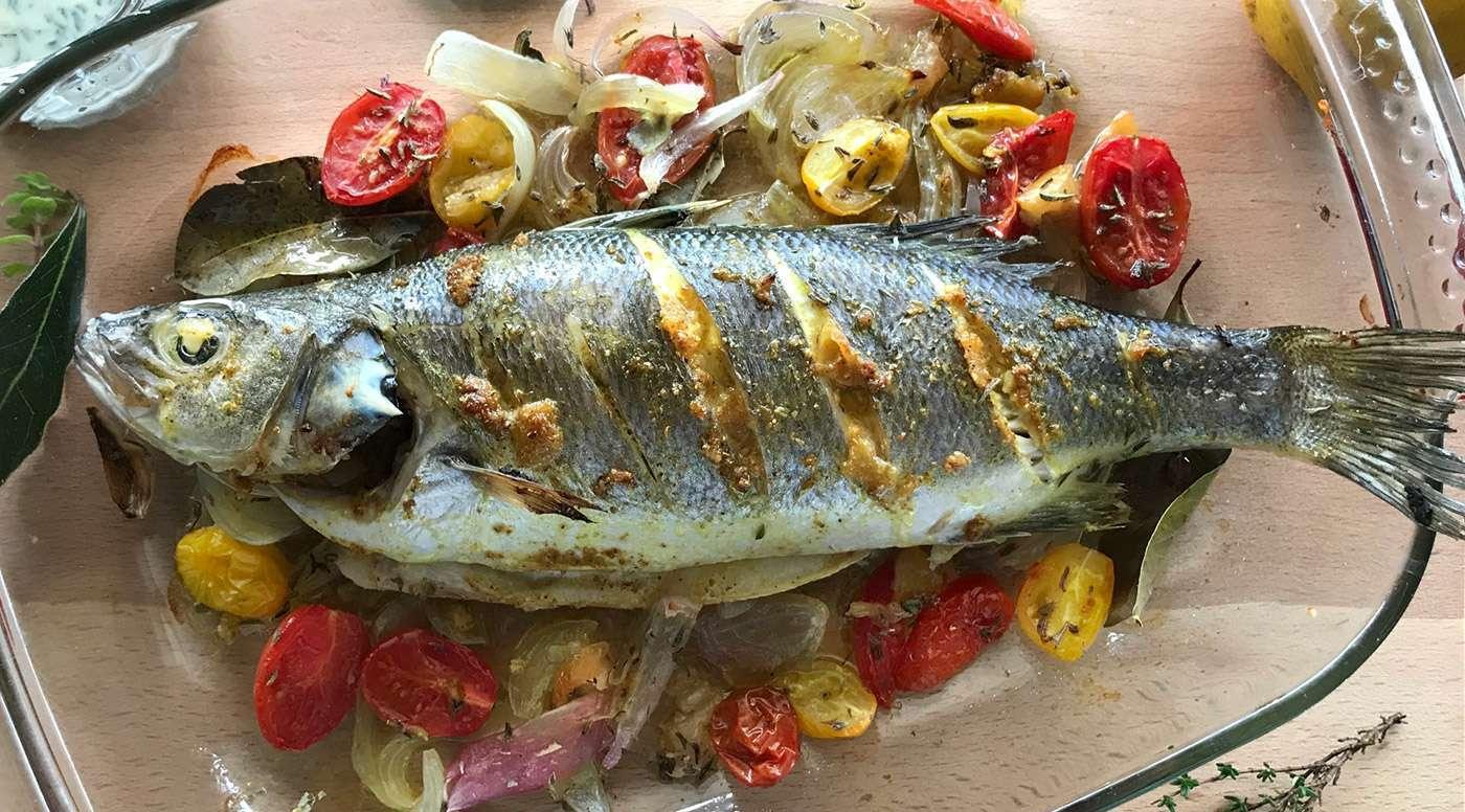Pesce al forno con salsa tahini e aromi mediterranei