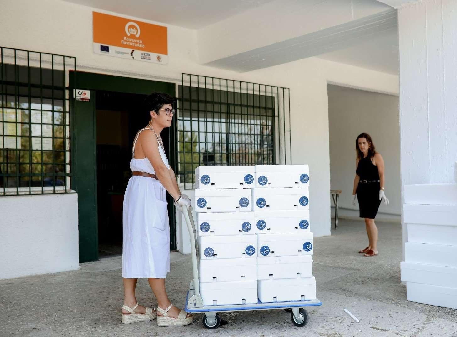 Η ΕΛΟΠΥ προσφέρει ψάρια ελληνικής ιχθυοκαλλιέργειας στο κοινωνικό παντοπωλείο 1