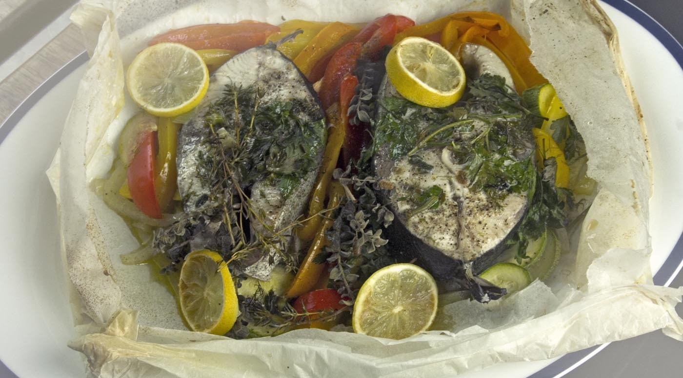 Φέτες μαγιάτικου σε παπιγιότ με λαχανικά, μυρωδικά & ούζο