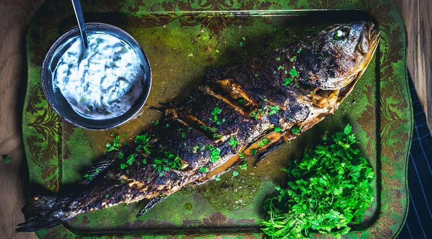 Κρανιός στο φούρνο με πιπέρια και δροσερή ραΐτα